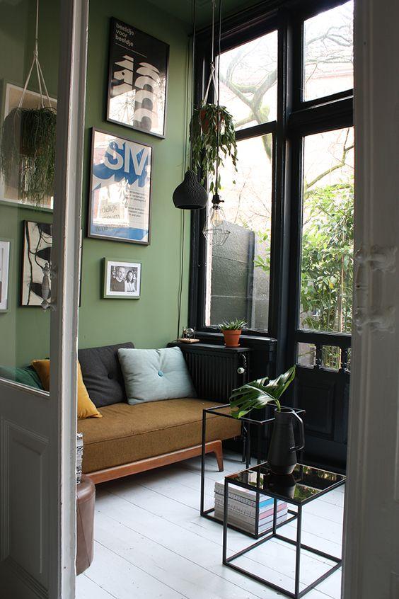 Olijfgroene muur woonkamer perfect yes welke kleur op de for Woonkamer muur